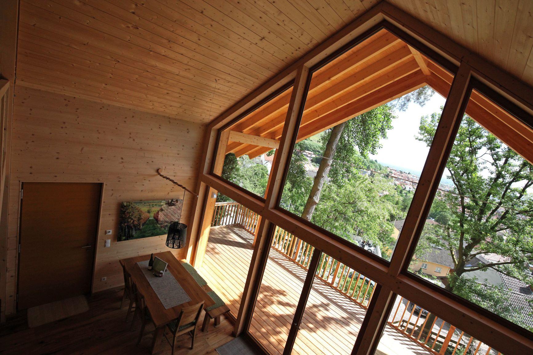 Design-Holzhaus in der Natur