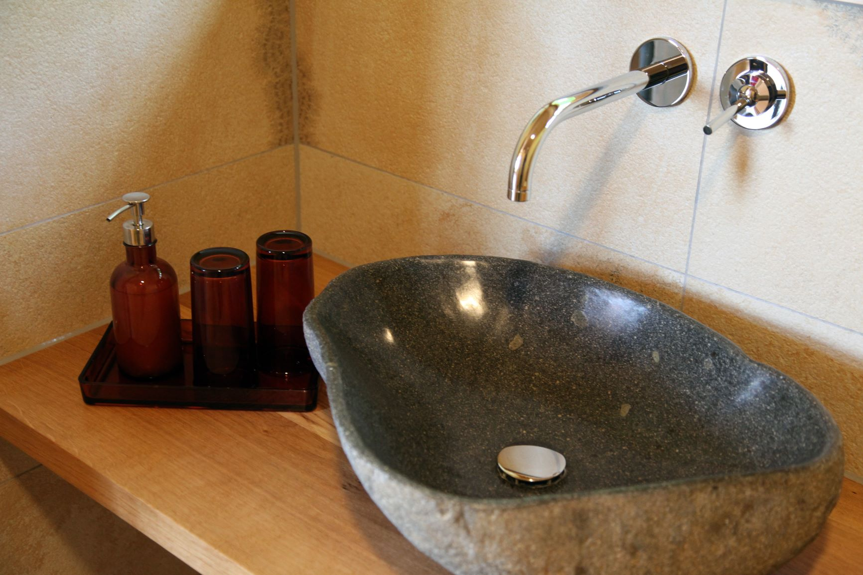 Baumhaus mit Naturstein-Waschbecken